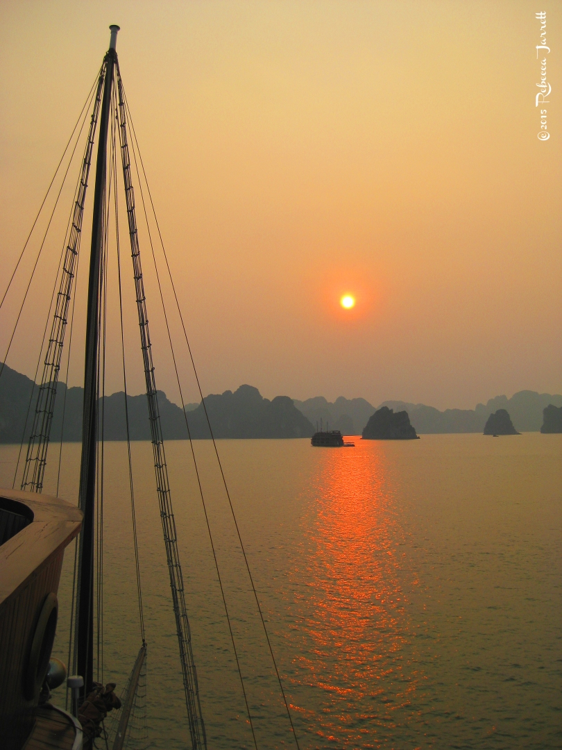 halongbay_sunset_beautiful_best_travelblog_rebeccajarrett