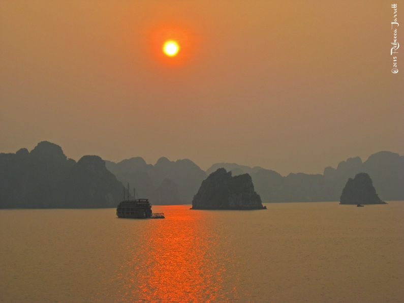 halongbay_vietnam_travelblog_beautifulsunset_rebeccajarrett